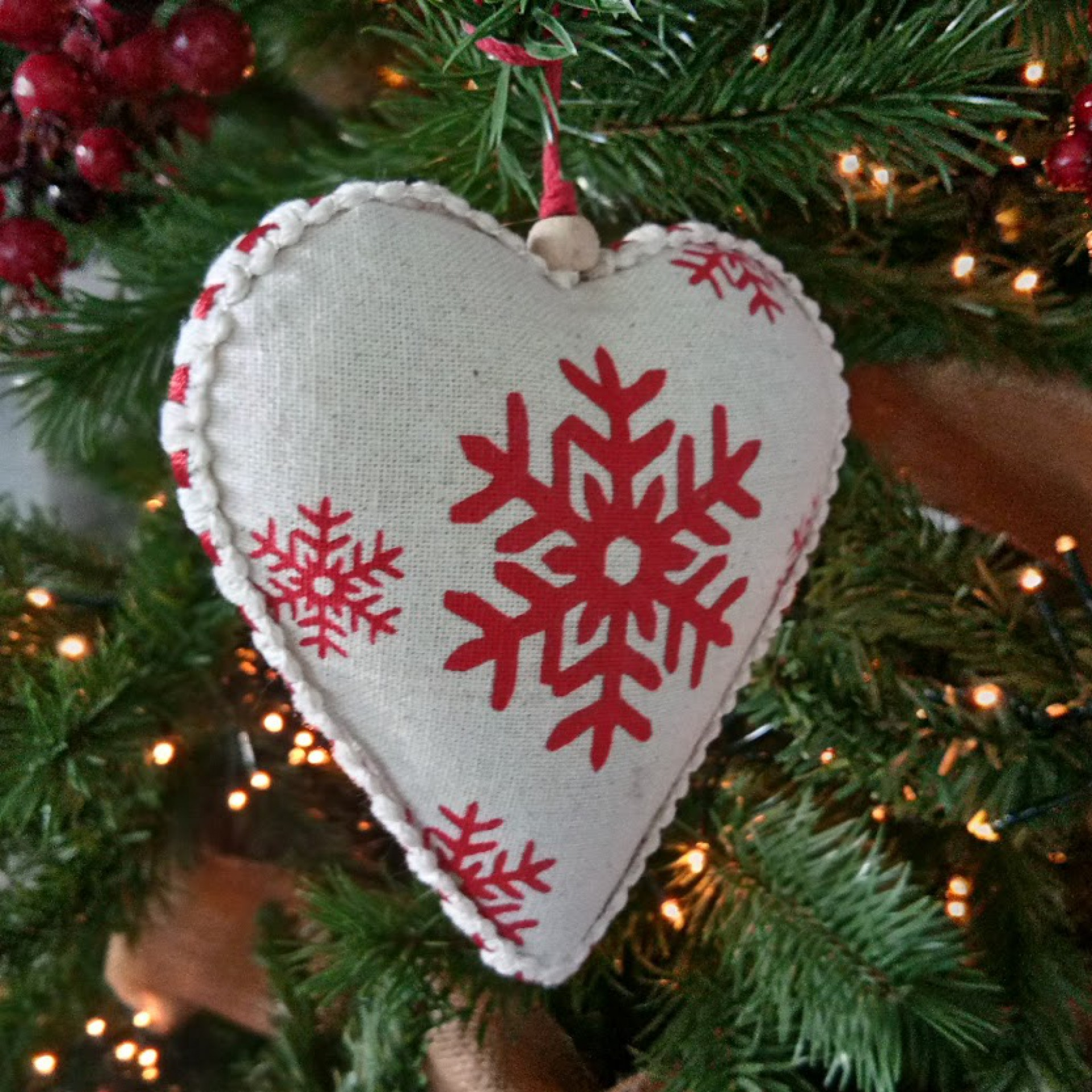 Heart with snowflake print cream/ red